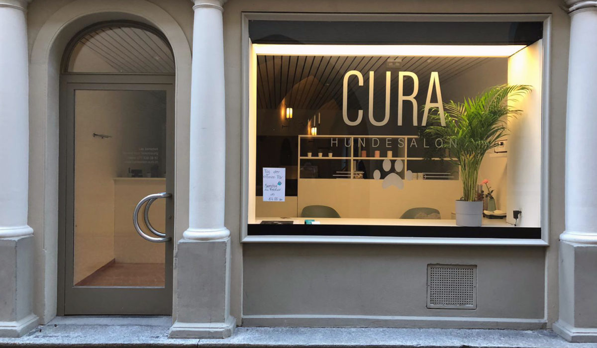 Hundesalon Cura, Schaufensterbeschriftung